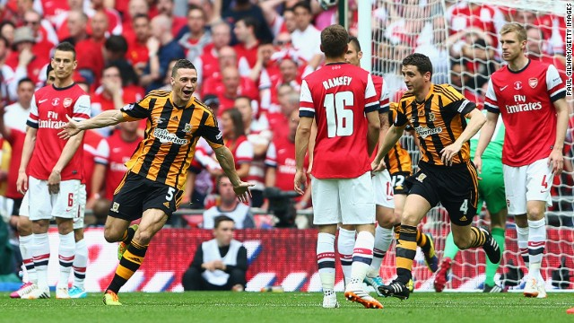 Hull City were 6/1 outsiders to lift the trophy but drew first blood in the 4th minute when centerback James Chester (left) directed the ball past Arsenal goalkeeper Łukasz Fabiański.