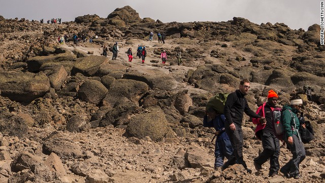 Crowds potentially spoil the atmosphere of solitude on Kili. The author managed to climb alone thanks to advice from a local guide: start the climb at 10 a.m. when everyone else has returned.
