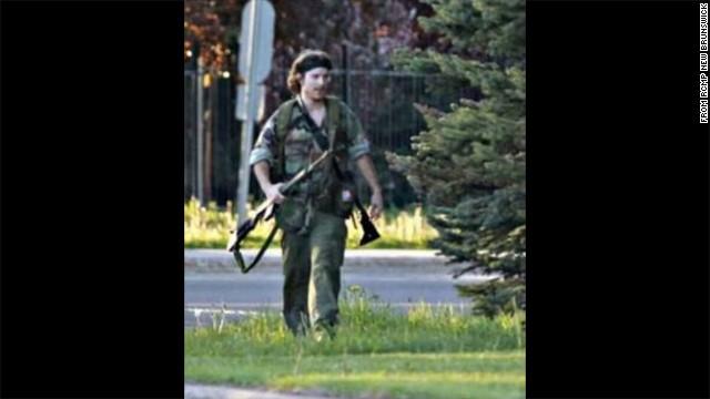 Intensa cacería contra fugitivo que mató a tres oficiales en Canadá