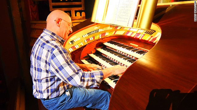 Amsterdam's 95-year-old Tuschinski cinema is home to a decades-old Wurlitzer organ that's been restored to its former musical glory by a team of technicians and volunteer enthusiasts.