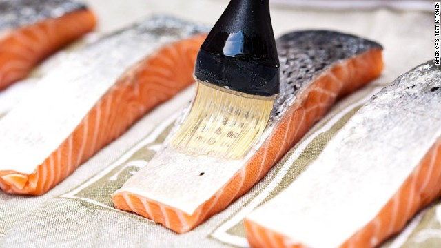 Brush both sides of the fish with a thin coat of vegetable oil.
