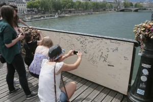 Colapsa reja de candados en puente de París