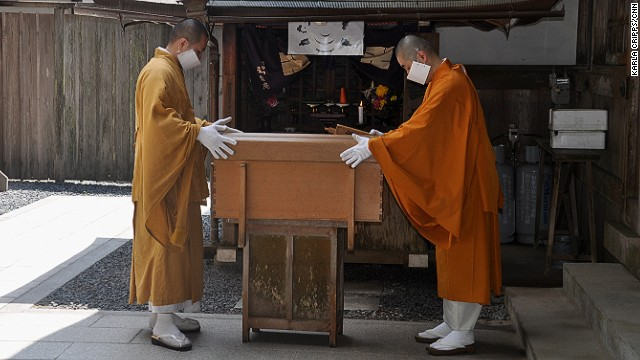 Each morning at 6:30 and 10:30 a.m. at this small shrine, meal offerings are prepared for Kobo Daishi Kukai, placed in a covered box and carried up to his mausoleum by masked monks.