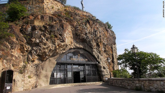 In the 1920s, the Gellert Hill cave was used by a group of Pauline monks who built an entrance inspired by similar rock constructions in Lourdes, France. It was a chapel and a monastery between 1926 and 1951.