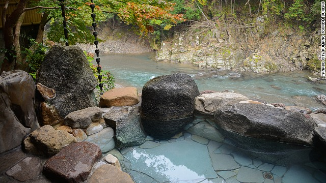 Even if Kamigoten's outdoor bath doesn't make you more beautiful, soaking in the views of the Hikigawa River below might improve your state of mind.