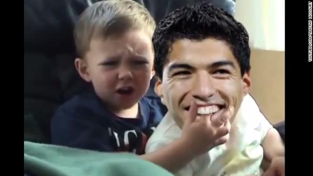 """El """"mordisco"""" de Suárez, parodiado con el famoso vídeo de 'Charlie Bit My Finger'"""