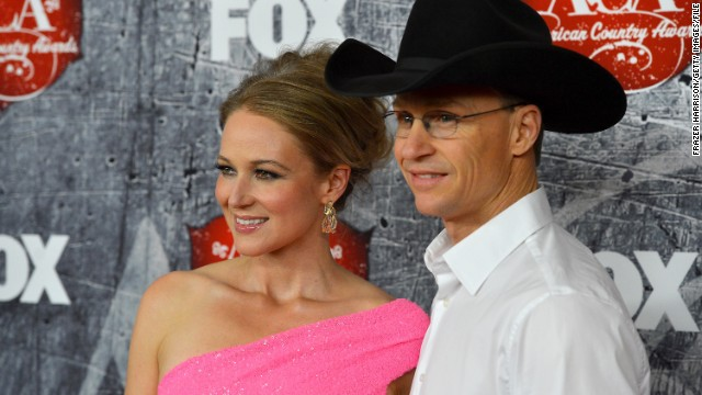 "On July 2, Jewel announced that she and husband Ty Murray had split up. <a href='http://www.jeweljk.com/articles.html?n_id=1663' target='_blank'>In a lengthy blog post</a>, the folk singer/songwriter explained that she and her husband of six years had decided to get a divorce, choosing to ""release each other"" with love so that they ""may take on our new form: dear friends and devoted co-parents of our beloved son Kase."""