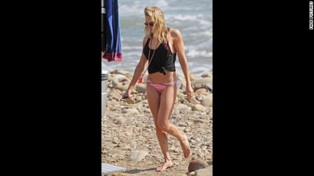 LeAnn Rimes walked carefully while visiting the beach in Ventura, California, in April 2014.