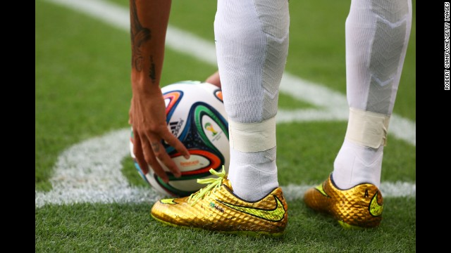 Neymar prepares to take a corner kick.