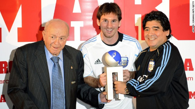 Di Stefano with Argentinian football legends Lionel Messi and Diego Maradona, the then-coach of the national team, after Messi received the Di Stefano award for best player of the 2008-2009 season.