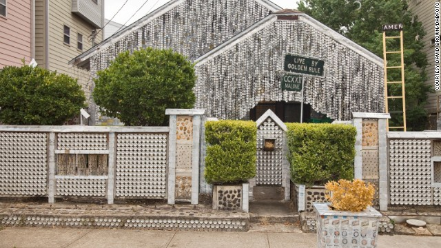 John Milkovisch covered his house and yard in Houston, Texas, with beer cans and scrap metal, creating an eye-catching attraction and tourist destination.