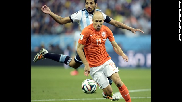 Robben dribbles the ball.