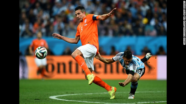 Van Persie controls the ball as Demichelis falls behind him.