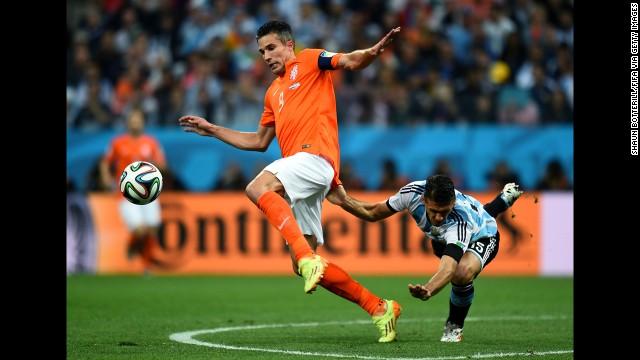 Van Persie controls the ball as Demichelis falls behind him.