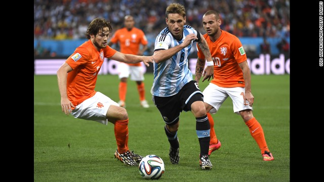 From left, Dutch wingback Daley Blind, Argentine midfielder Lucas Biglia and Sneijder compete in the first half.