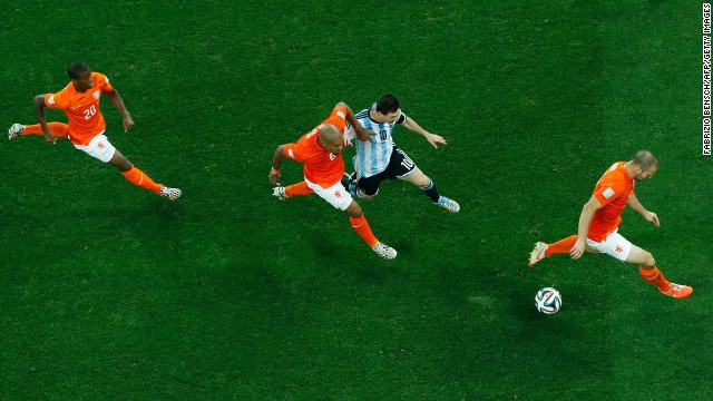 Three Dutch players defend Messi.