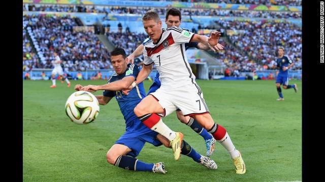 Demichelis challenges Schweinsteiger.