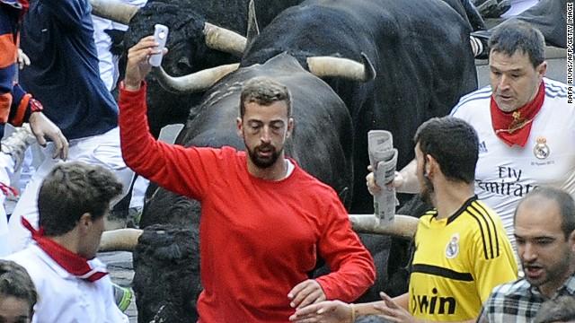 Policía de Pamplona busca al hombre que se tomó un 'selfie' mientras corría en un encierro
