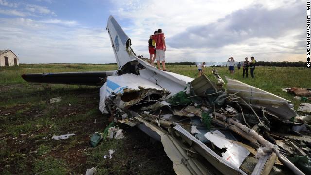 Avión se desploma en Ucrania y el gobierno dice que fue derribado por misil desde Rusia