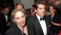 John F. Kennedy Jr. and his wife Carolyn Bissette leave the White House Correspondent\'s dinner in May, 1999.\n