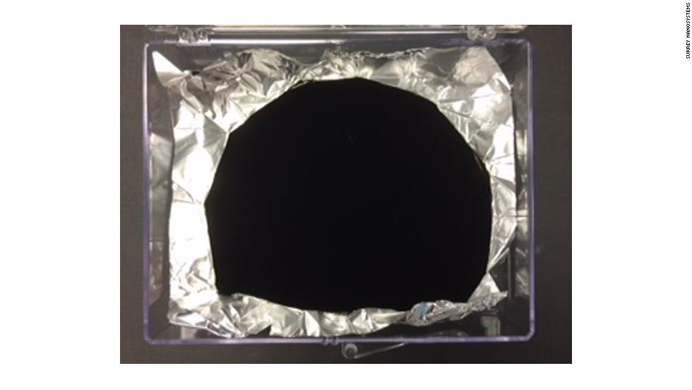 Una empresa de nanotecnología creó lo que dice es el material más oscuro del mundo, tanto que el ojo humano no puede discernir su forma.