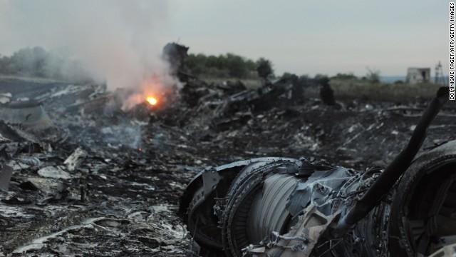 """""""Fue una escena espantosa … todo llovió en pedazos"""", dice periodista sobre el vuelo MH17"""