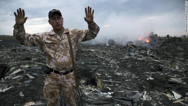 Ucrania acusa a los rebeldes de saquear el lugar del accidente del avión