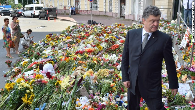 Ukrainian President Petro Poroshenko attends a flower-laying ceremony at the Dutch Emba