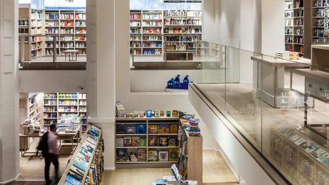 Turista atrapado en librería liberado gracias a Twitter