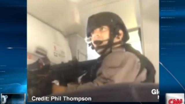 Pasajero captura dramático video de asalto de equipo SWAT a un avión en Toronto