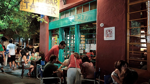In Buenos Aires, the weekend starts on Monday. In the Palermo neighborhood, Bar el Taller hosts plays, music shows and art exhibitions.