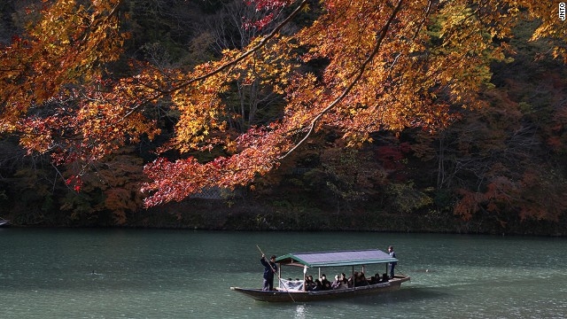 Hozugawa Kudari, or Hozu River Boat Rides, are popular in the fall, when the leaves change color. Many opt to take the train to Kameoka, then hop on the boat for the two-hour ride back to Arashiyama.