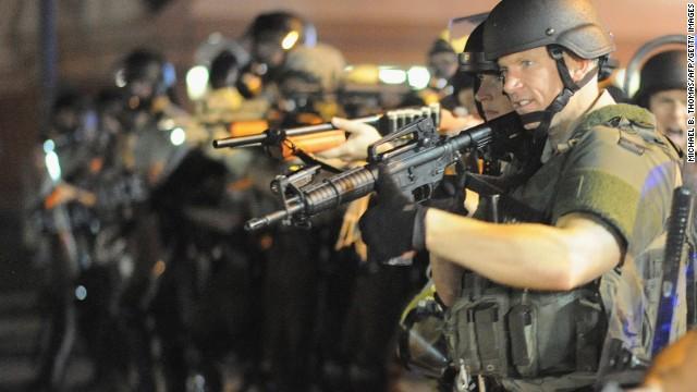 Obama ordena revisión de los programas federales que permiten a la policía local comprar equipo militar