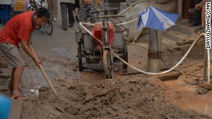 Water-starved residents dig wells