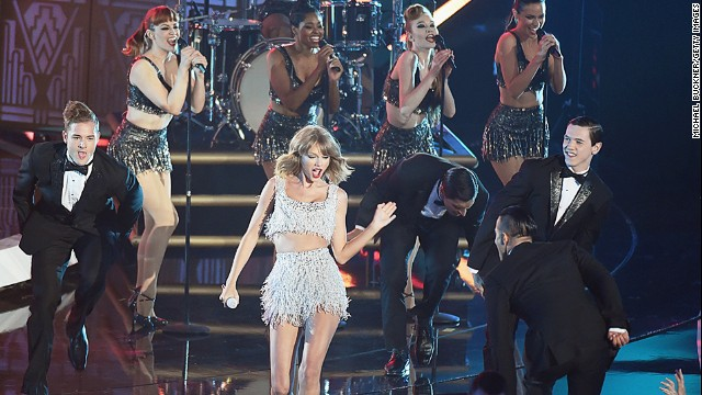 "Taylor Swift performs her new song ""Shake It Off"" at the 2014 MTV Video Music Awards."