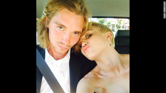 El amigo de Miley Cyrus en los VMA se entrega a la policía de Oregon