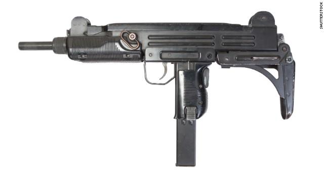 ¿Qué hacía una niña de 9 años disparando un fusil Uzi?
