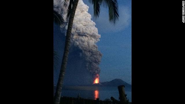 El volcán Monte Tavurvur entra en erupción en Papúa Nueva Guinea