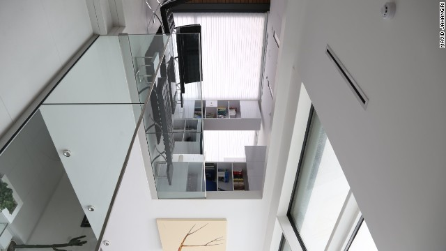 When the boxes are closed, the building captures sunlight throughout the central space, which also connects the two halves of the house by suspended bridges.