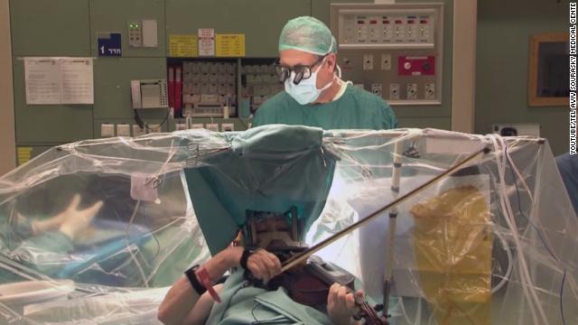 Una mujer toca violín durante su cirugía de cerebro