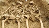 Pareja 'tomada de las manos' por 700 años