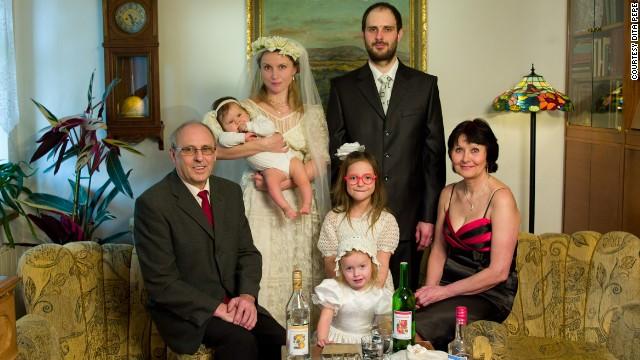 La mujer que se camufla en retratos familiares de otros