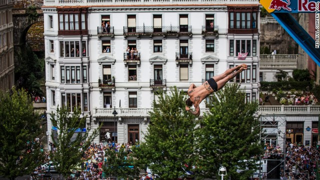 Alessandro de Rose wowed the crowd with this dive which was performed from a height of 27 meters -- three times the height of an Olympic diving board.