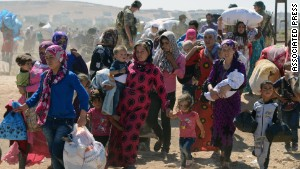 Syrian refugees gather at Turkey's border