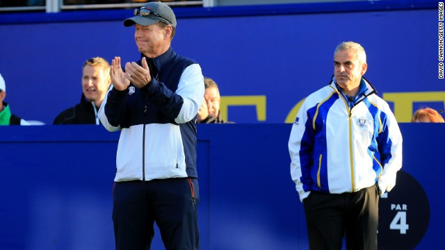 Europe's captain Paul McGinley (right) looks on as Team USA captain Tom Watson applauds the arrival of players onto the first tee.