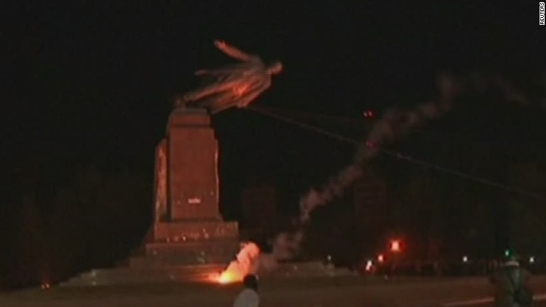 Lenin statue toppled i...