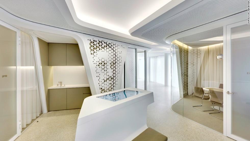hermosos bancos del futuro salones de lujo y pantallas t ctiles cnn. Black Bedroom Furniture Sets. Home Design Ideas