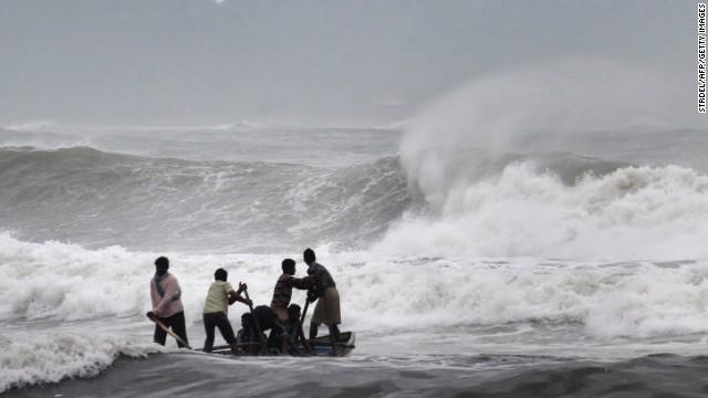 El ciclón Hudhud toca tierra en India y deja al menos 6 muertos