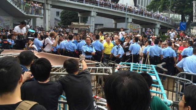 Hong Kong: manifestantes arman barricadas y enfrentan a opositores de la protesta