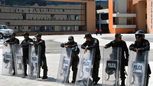 Autoridades de México detienen a 14 policías por la desaparición de los estudiantes